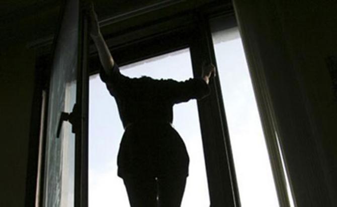 Прямо на глазах сестры … Женщина выпрыгнула из окна только чтобы и … Подробности ужасного самоубийства