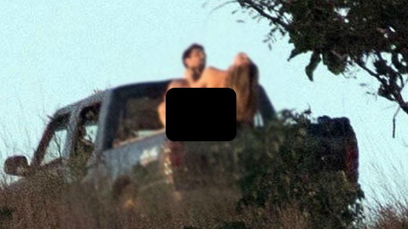 Прямо посреди леса… Известную актрису застукали за занятием любовью на кузове машины. От этих фото отнимает язык