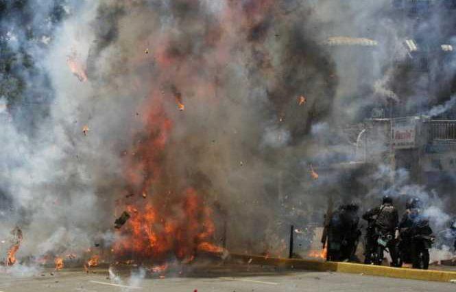 Это нормально? Полицейские устроили взрыв в центре большого города