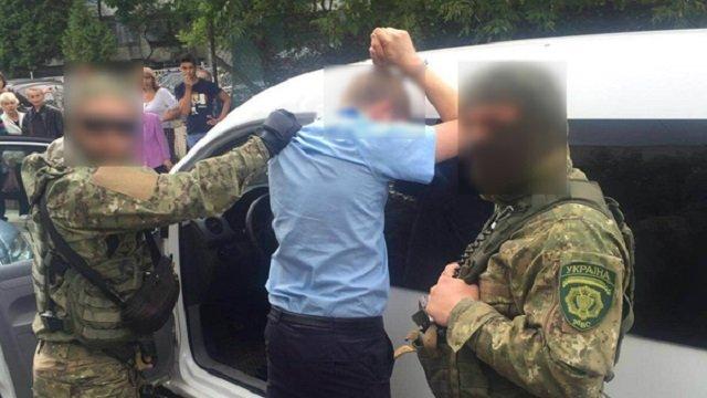 В нашей стране ничего не меняется… На Львовщине поймали таможенника на такой взятке, что глаза на лоб лезут