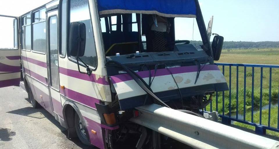 «Накололись как на шампур»… У Львова отбойник насквозь проткнул рейсовый автобус. Есть погибшие