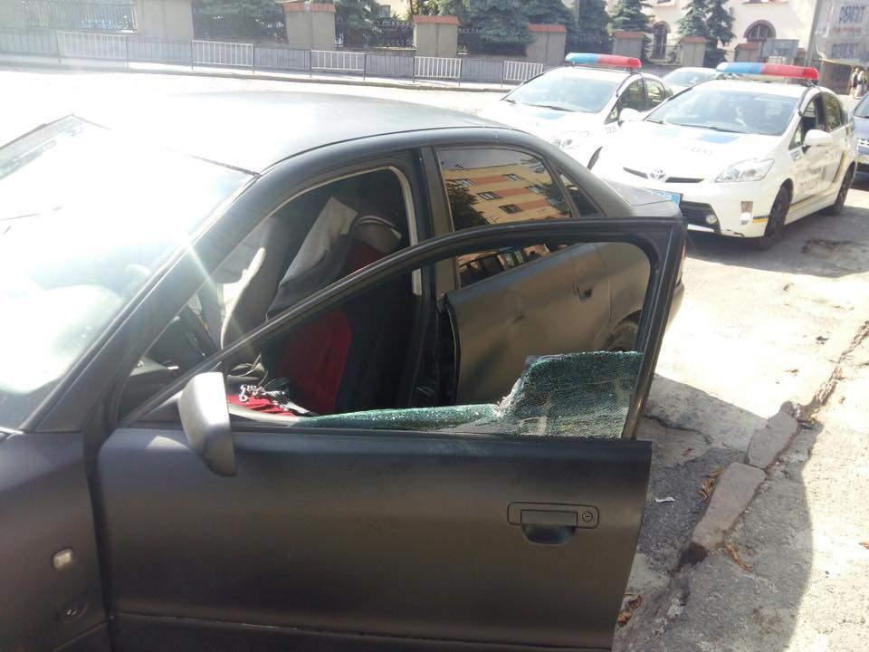 А куда люди смотрели? Во Львове прямо посреди улицы мужчина жестоко избил женщину. От деталей мороз по телу