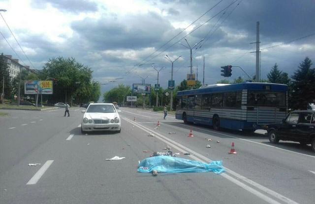 Куда он смотрел? Водитель легковушки возле Ровно на пешеходном переходе сбил пенсионерку с внуком