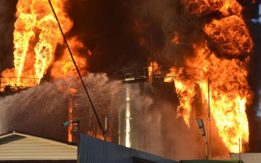 В небо Днепра подняли авиацию! Страшный пожар может вызвать экологическую катастрофу (ФОТО)