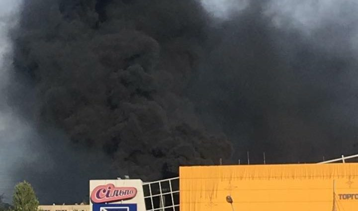 Город заволокло клубами черного дыма: Во Львове вспыхнул страшный пожар. Только посмотрите, что там творится