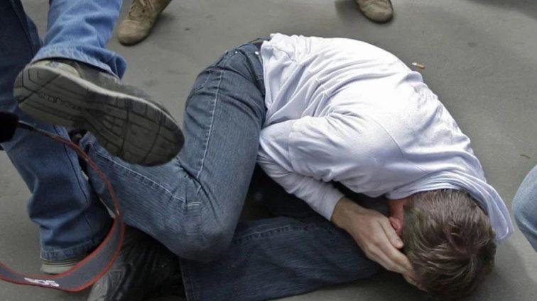 «Били железными битами до потери сознания»: Неизвестные жестоко избили известного журналиста. Он весь в крови