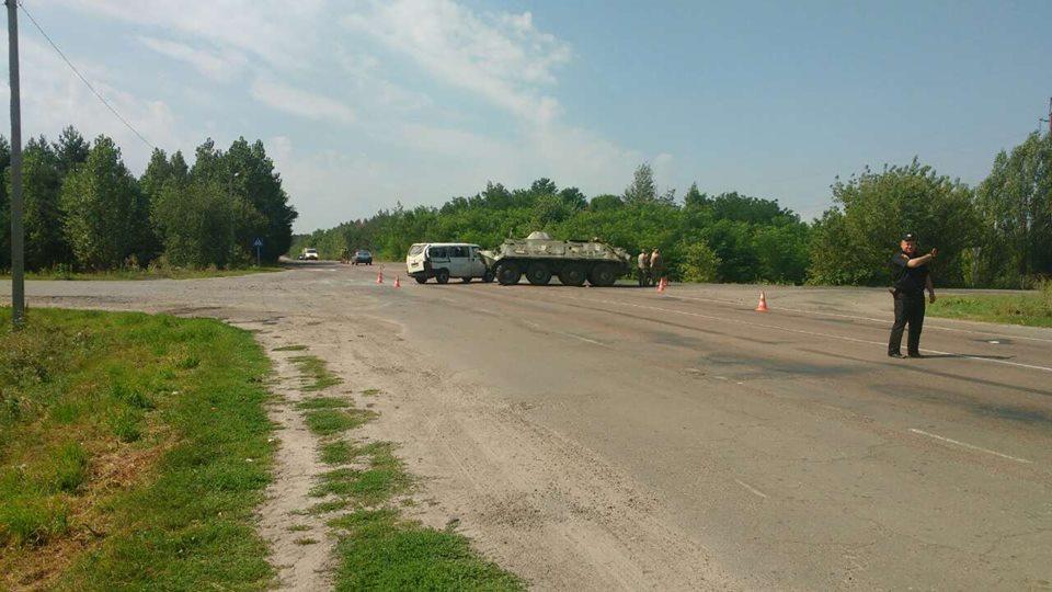 Страшное ДТП с участием военной техники! В Ровенской область БТР протаранил автобус. Есть пострадавшие