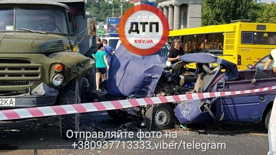 «Водитель вырезали из авто»: В Киеве Москвич набитый оружием устроил жуткое ДТП. Как там все в воздух не взлетело!