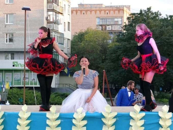 «Публичный дом на выгуле»: Уличный концерт в Николаеве шокировал горожан. Такого безобразия Украина еще не видела