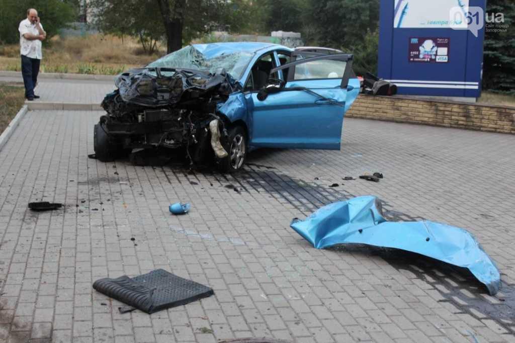 «Труп оказался у подножия банка»: В Запорожье произошло страшное ДТП, автомобиль врезался в дерево, а потом… Кадры не для слабонервных (18+)