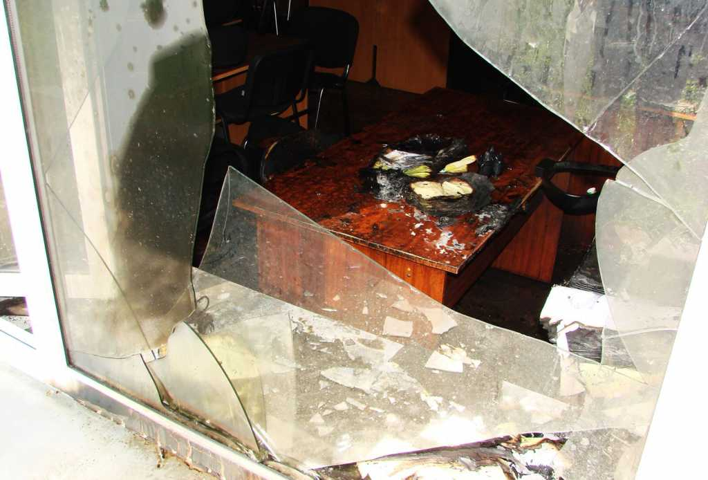 Ужасный пожар в Киеве! В админздание бросили два «коктейля Молотова»