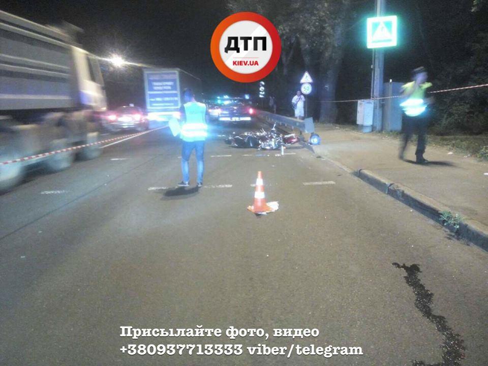 Ему оторвало стопу … На выезде из Киева столкнулся мотоцикл с автомобилем, последствия ДТП ужасают (ФОТО 18+)
