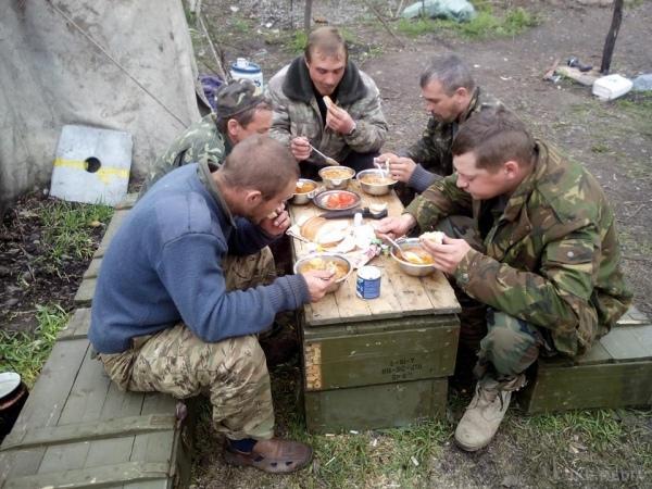 «Таким кошек и собак не кормят»: Сеть возмутило фото ужина бойцов ВСУ. Ужас какой-то!