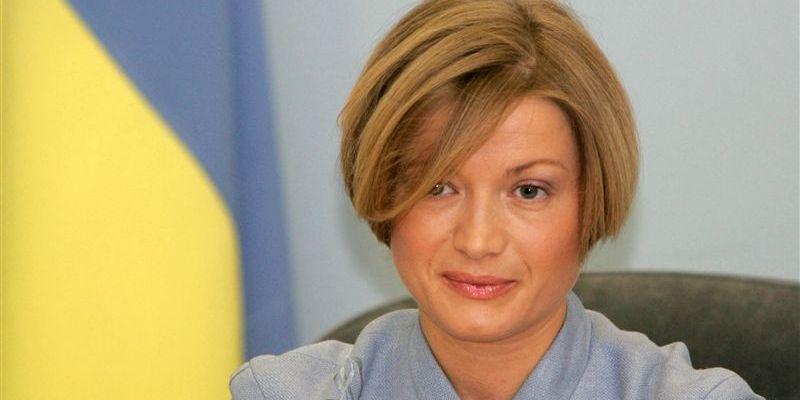 Наверное, вчера хорошо праздновала… Ирина Геращенко шокировала всех своим лицом на параде, а ее рубашка это что-то невероятное