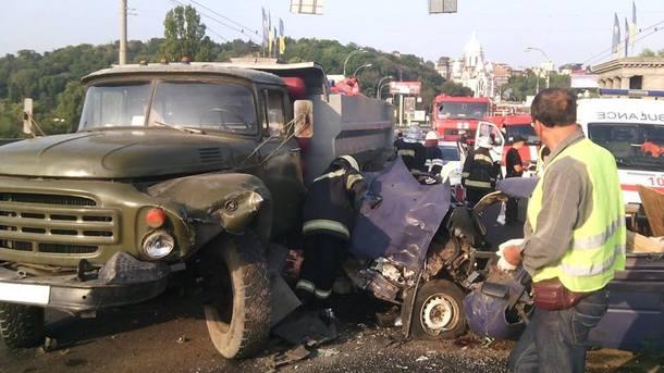 «Им пришлось смывать кровь с дороги…» Жуткое ДТП всколыхнуло Украину. Водителя просто зажало в металл