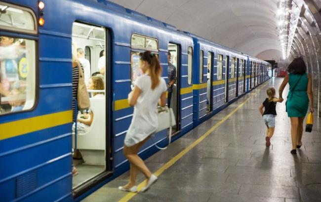 Ну это уже совсем..: Соцсеть возмутила мать, которая позволила сыну сходить в туалет на платформе метро (ФОТО)