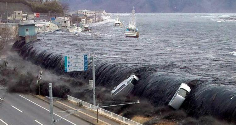 ТАКОГО тайфуна мир еще не видел… Людей, грузовики просто сносит. Появилось сокрушительное видео