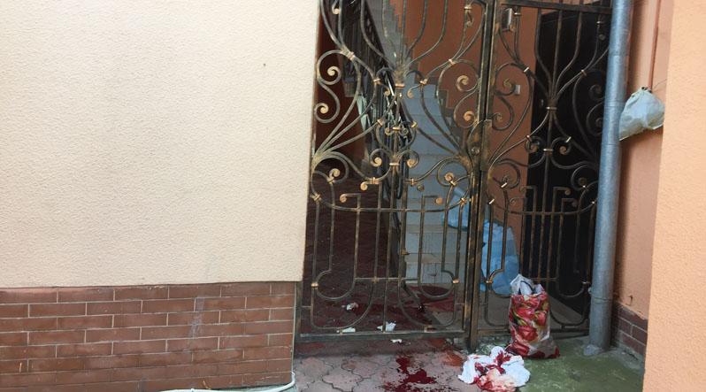 «Кровь растеклась по всей улице»: В Ужгороде мужчина проткнул себе живот ножом и … Просто в голове не укладывается