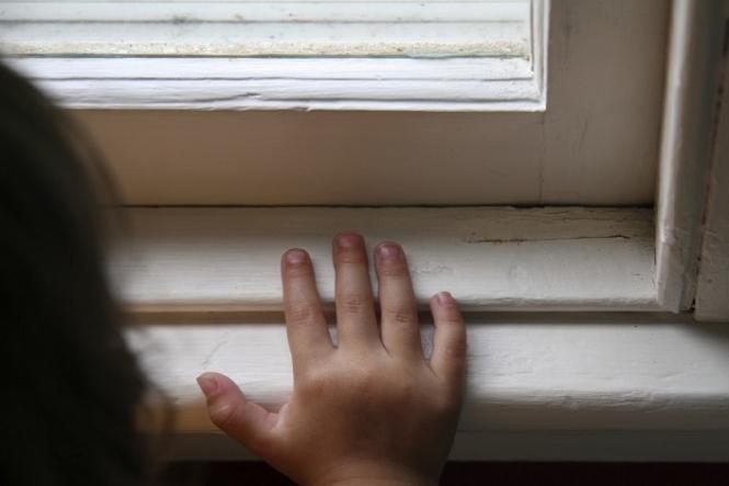 «Родители в это время …»: стали известны шокирующие подробности о смерти девочки, выпавшей с 16 этажа