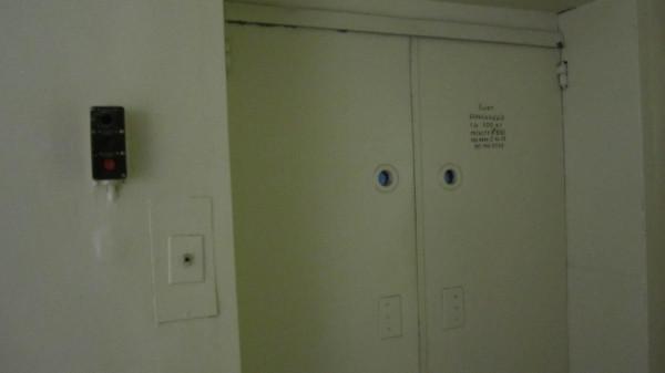 Будьте осторожны!!! Больничный лифт разрубил женщину пополам, кровь текла по всему этаже