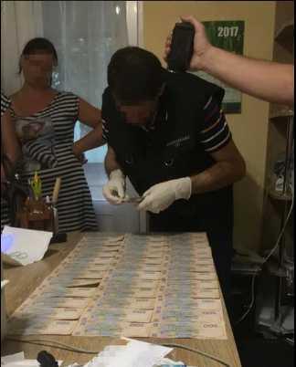 Весь стол устлан деньгами … На огромном взятки задержали чиновника. Он за такое требовал …