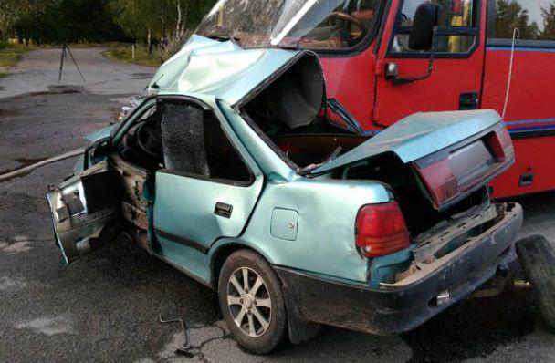 Смертельное ДТП: Автомобиль вылетел на встречную полосу и врезался в маршрутку. Эти кадры наводят ужас (ФОТО)
