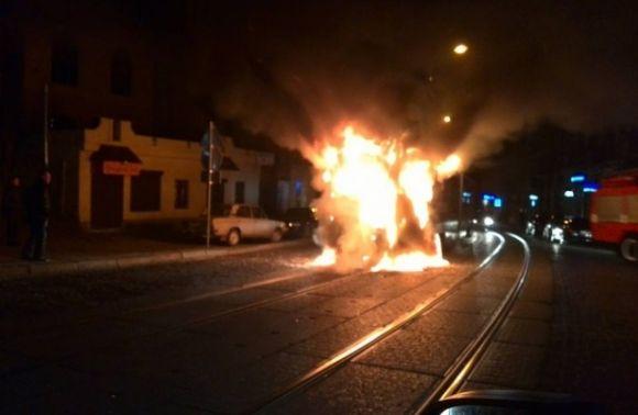 Вспыхнул как спичка!!! В центре Львова прямо на ходу загорелся трамвай с людьми, все в шоке
