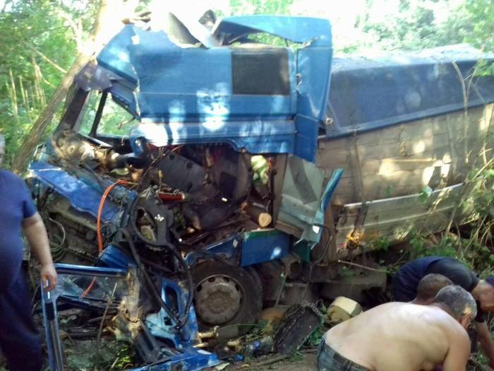 Жуткая ДТП: от сверхмощного удара машину смяло в гармошку, спасатели не могли вытянуть зажато тело