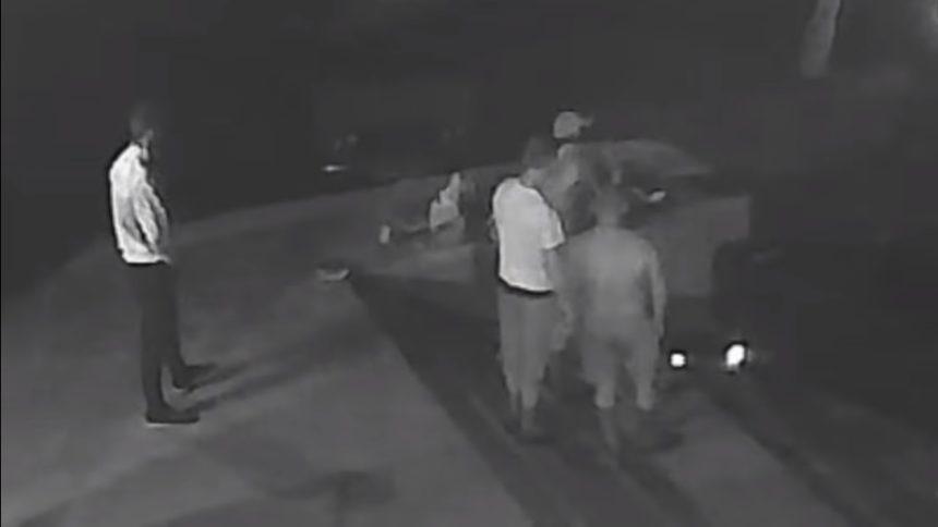 «Десять у меня есть, ты будешь одиннадцатым»: Жестокое убийство молодого парня попало на камеры видеонаблюдения. Кадры не для слабых