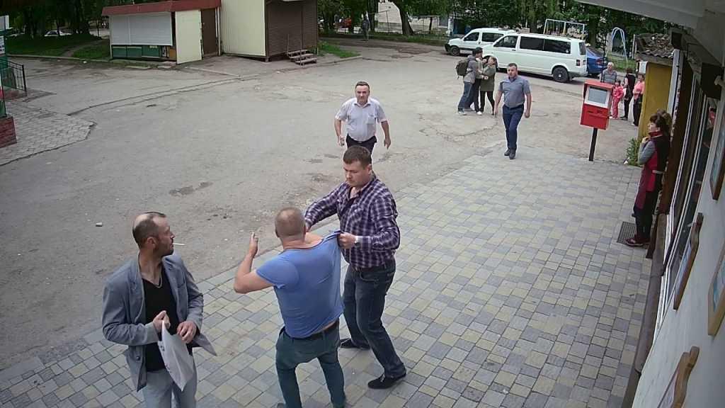 Страшно на улицу выходить!!! Во Львове произошло страшное нападение на мужчину прямо посреди дороги