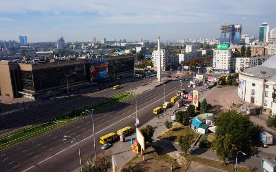 «Жара так влияет»: Девушка полностью разделась и прошлась по центру Киева. Все просто рты пооткрывали! (ВИДЕО 18+)