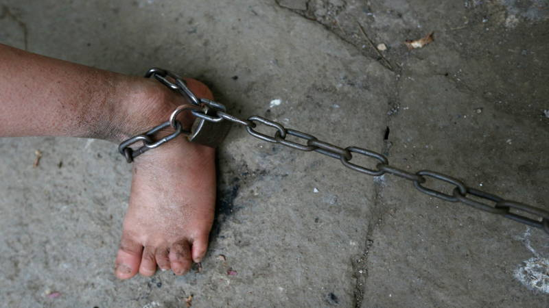 «Привязала цепью к кровати»: То, что мать сделала со своей 4-летней дочерью, шокирует даже самых стойких