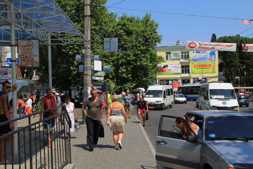 В оккупированной Ялте запретили пенсионерам и людям с инвалидностью ездить сидя (фото)