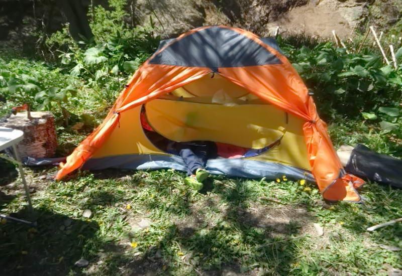 «Пока спал палатке на него…» Страшная смерть туриста под Киевом. Как такое возможно?
