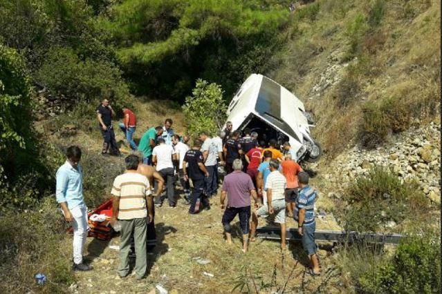 «Тела позатискало металлом»: На известном курорте туристический автобус сорвался с 50-метровой скалы. Есть погибшие.