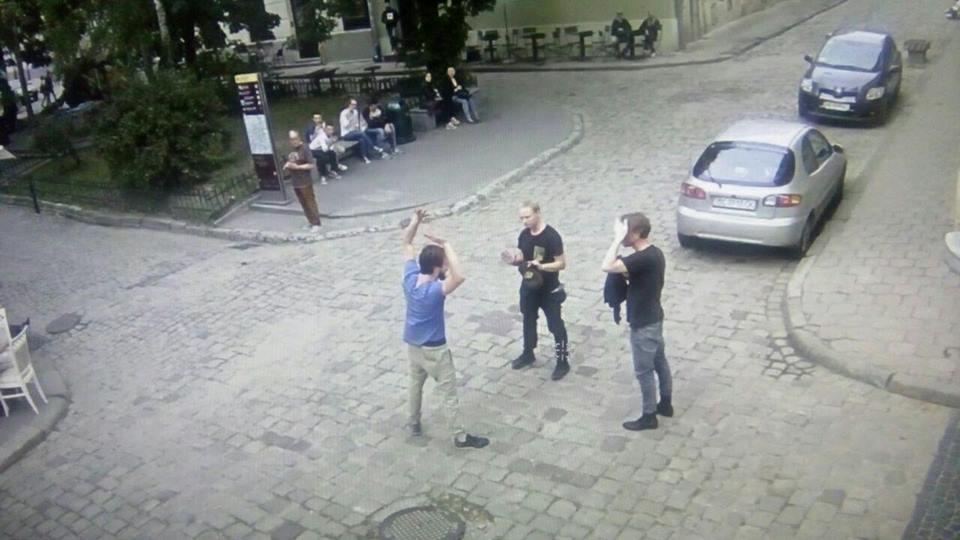 Это нормально??? В центре Львова поляк бегал без трусов, но он дал серьезное объяснение