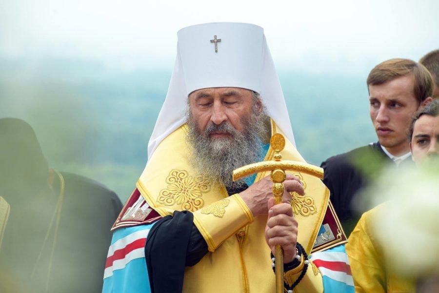 «Скромность — это для смертных»: То, как московский поп прибыл на молебень шокировало верующих. Такого себе еще не позволял никто