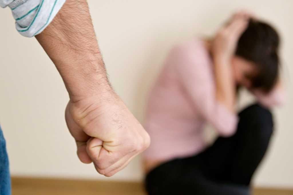 Перелом черепа и ожоги головы: мужчина жестоко поиздевался над женщиной, а все из-за …