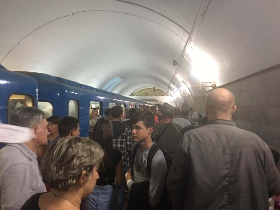 «Мне сказали, что взорвали метро»: ЧП в Киеве подняло на уши всю страну. Что же там происходит?