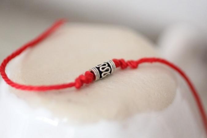 Носите красную нить на запястье? А вы знали, о наиболее шокирующие секреты этого мощного амулета. Сядьте, если стоите