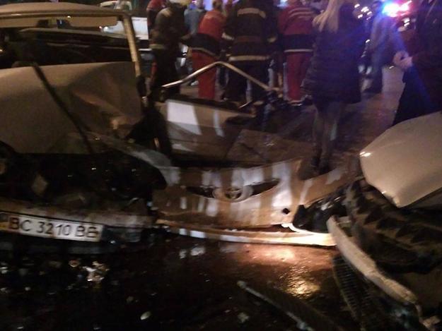 «Автомобили превратились в груды ненужного металла»: Тройное ДТП во Львове. Фото от которых мозг закипает