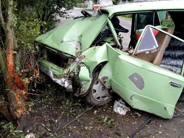 «Они вылетели из машины…»: От авто ничего не осталось. Жуткое ДТП всколыхнуло Львовщину