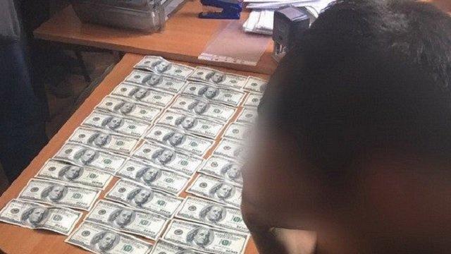 У него же на лбу написано, что он взяточник!!! Известного чиновника задержали на огромной взятке, за эти деньги можно год наслаждаться