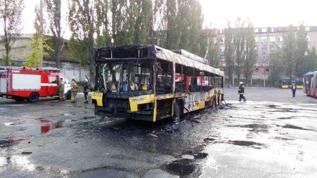 Вспыхнул как спичка!!! В Киеве дотла сгорел троллейбус, там был настоящий ад