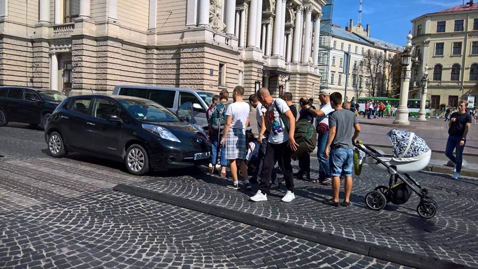 ШОК!!! В центре Львова на переходе возле Оперного сбили женщину, прохожие снимали авто с потерпевшей