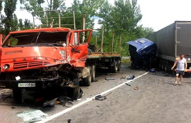 Страшно смотреть!!! На трассе Киев-Чоп произошло жуткое ДТП с участием двух фур