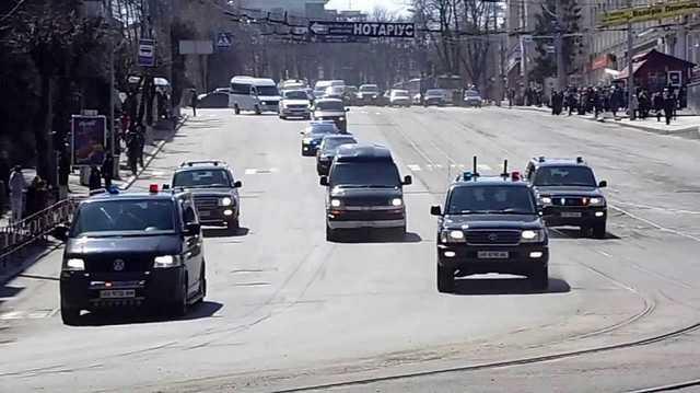 «Бегите собьет и не посмотрит…»: Как кортеж Порошенко из 20 машин по улицам Винницы разъезжал и прохожих «пугал»