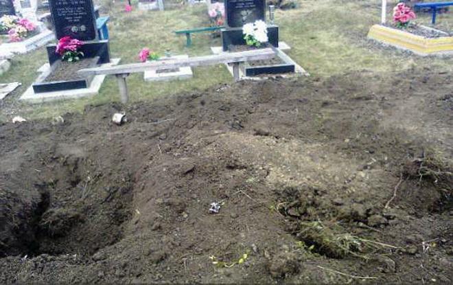 Суровая Россия… Мертвую женщину выкопали из могилы, а потом бросили ее прямо на гроб, а все из-за…