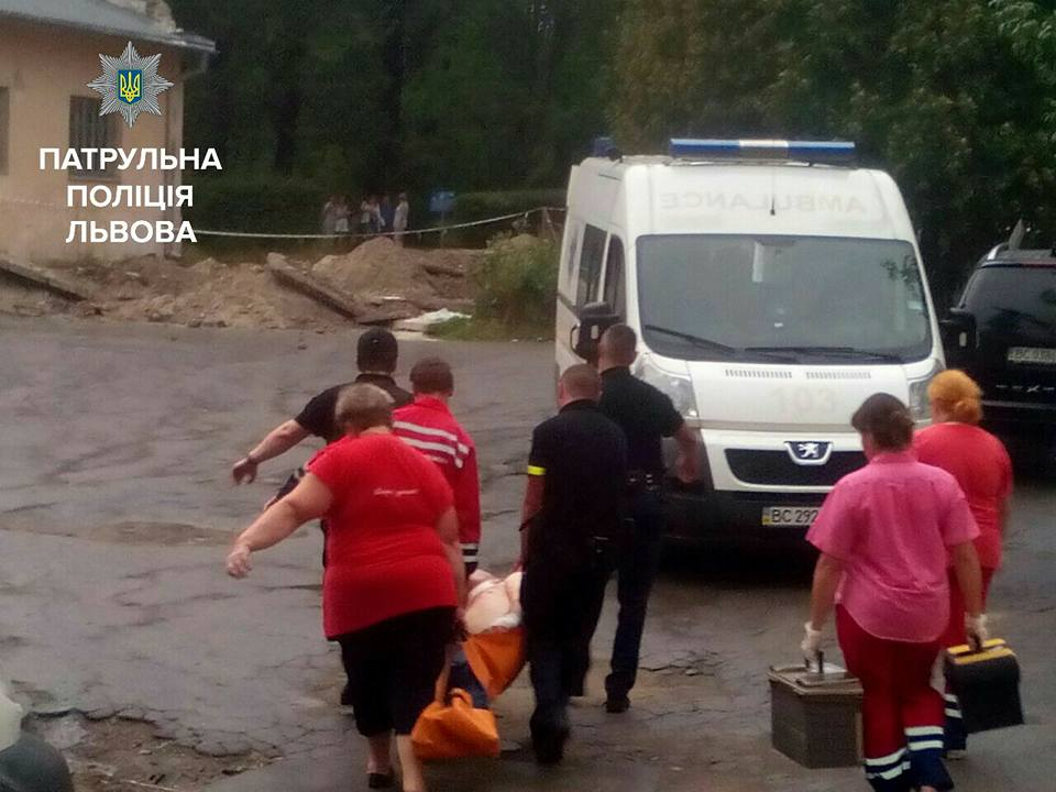 Кровь залила всю улицу: во Львове произошла страшная резня, порезали мальчика и женщину (фото)