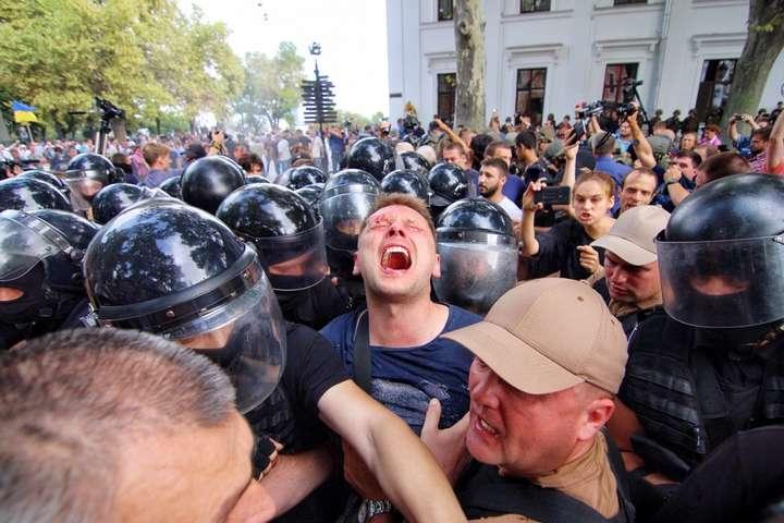 Что там только происходит!!! Под Одесской мэрией уже пролилась первая кровь, разбитые головы, полиция применяет газ